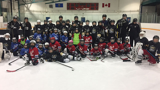 The Crowfoot Peewee 1 team in Calgary gave back in two ways this holiday  season. They volunteered their time to join the two Crowfoot Timbits teams  on the ... 011eefa5e